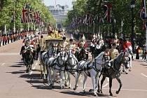 Británie, volby. Premiérka se jede poradit za královnou o sestavení koalice
