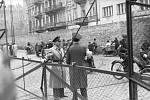 """""""Židovská policie"""" hlídá vstup do varšavského ghetta, červen 1942"""
