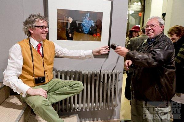 """Německý fotograf, který vsoučasnosti žije vNew Yorku, vytvořil soubor uměleckých portrétů, které za svou kariéru nafotil. Snázvem """"Portraits by WOWE"""" snimi objíždí výstavní galerie po celém světě, vlistopadu zavítal také do pražské Leica Gallery."""
