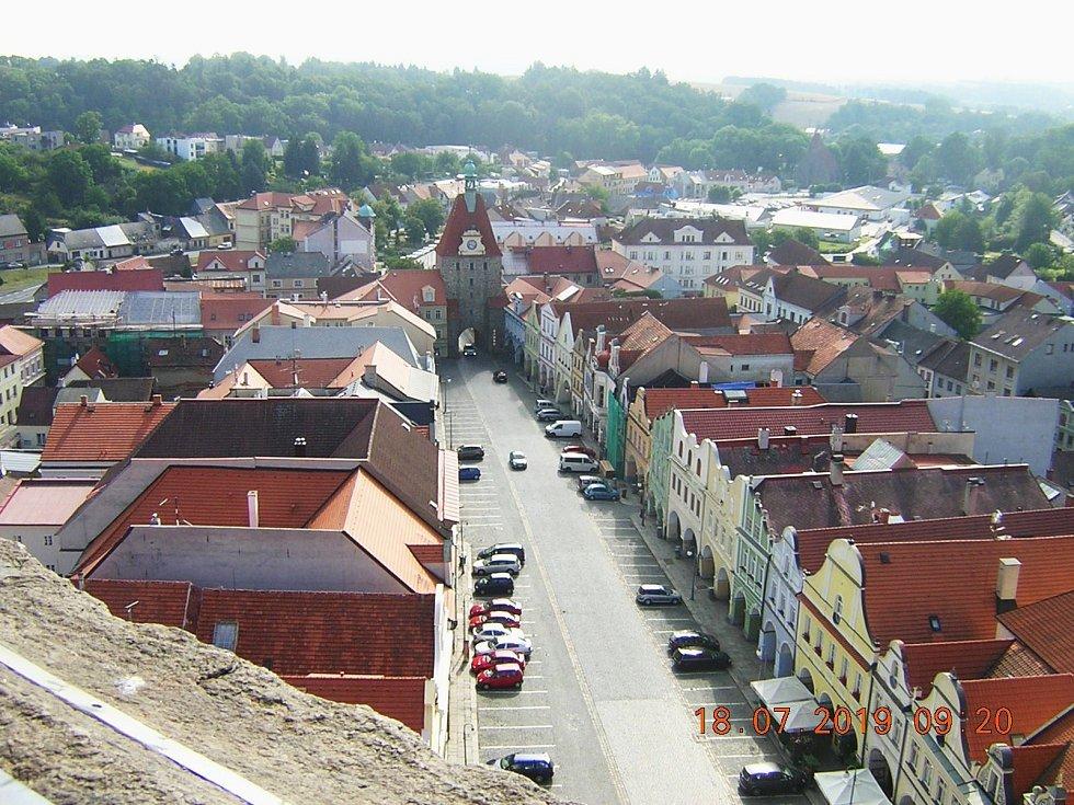 Chodsko. Výhled ze šikmé věže na Dolejší bránu v Domažlicích.
