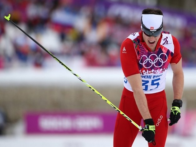 Dario Cologna se raduje z druhého zlata na olympjských hrách v Soči. Po skiatlonu kraloval i klasické patnáctce.