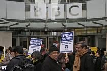 Stávkující novináři BBC