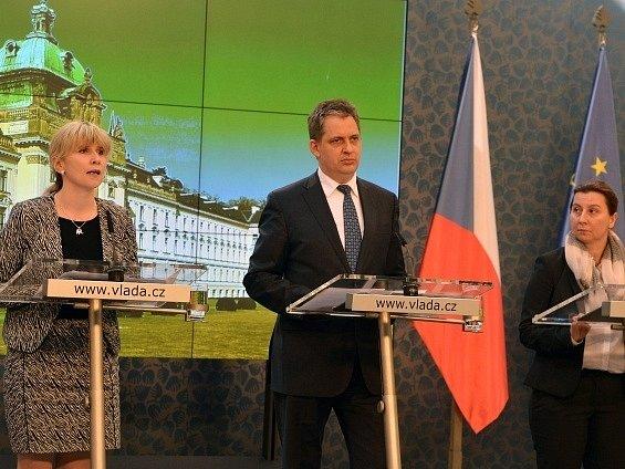 Ministr pro lidská práva a šéf legislativní rady vlády Jiří Dienstbier představil 11. března na tiskové konferenci v Praze svůj tým. Na snímku vlevo je náměstkyně ministra Kateřina Valachová, vpravo ředitelka Sekce pro lidská práva Martina Štěpánková.