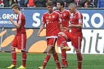 Zklamaní fotbalisté Bayernu Mnichov (zleva) Mitchell Weiser, Thomas Müller, Javi Martínez a Bastian Schweinsteiger po prohře s Augsburgem.