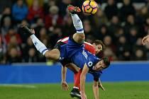 César Azpilicueta z Chelsea (v modrém) a Adnan Januzaj ze Sunderlandu.