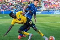 Fotbalisté Jamajky (ve žlutočerném) proti Salvadoru.