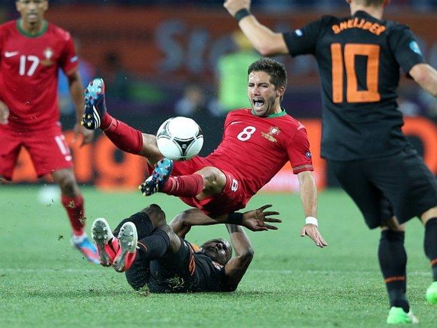 Joao Moutinho z Portugalska (uprostřed) proti Nizozemsku.