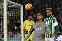 Cristiano Ronaldo z Realu Madrid (v šedivém) a Pezzella z Betisu Sevilla.