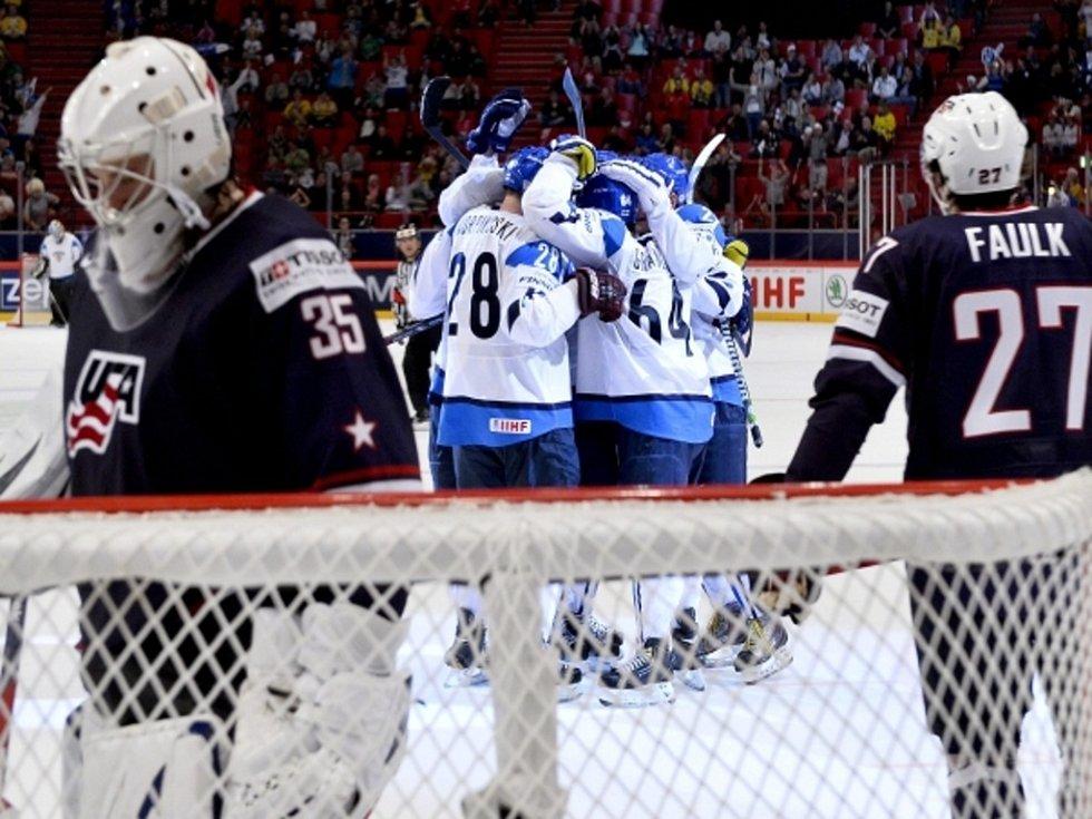 Hokejisté Finska se radují z vyrovnávacího gólu Lauri Korpikoského proti USA.