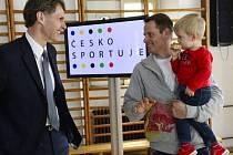 Předseda Českého olympijského výboru Jiří Kejval (vlevo) a skikrosař Tomáš Kraus při představení kampaně Česko sportuje.
