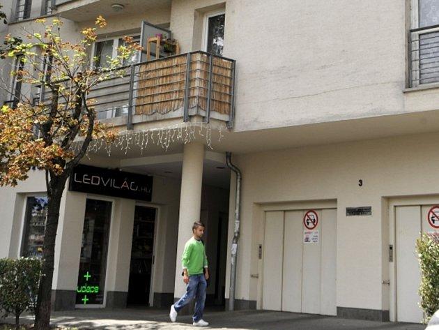 Nacistický válečný zločinec László Csatáry, jehož byt v centru Budapešti v neděli objevili britští novináři, dopadla policie.