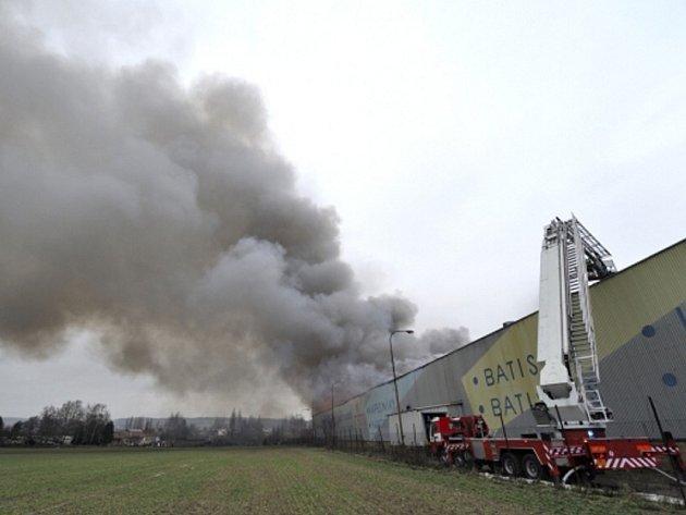 Požár haly textilní továrny Mileta v Hořicích na Jičínsku.
