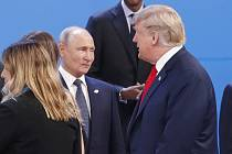 Ruský prezident  Vladimir Putin (vlevo) hovoří s americkým prezidentem Donaldem Trumpem na summitu G20 v Buenos Aires