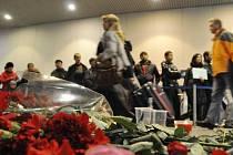 Lidé pokládají na místo tragédie květiny. Ilustrační foto