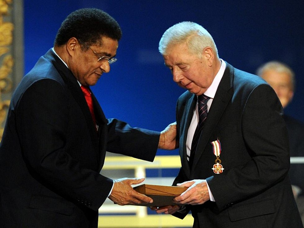 Portugalská fotbalová legenda Eusébio (vlevo) blahopřeje české fotbalové legendě Josefu Masopustovi k jeho 80. narozeninám.