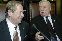 Bývalí prezidenti Polska a České republiky Lech Walesa (vpravo) a Václav Havel na snímku z roku 2004.