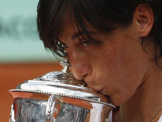 Italka Francesca Schiavoneová s pohárem pro šampionku French Open.