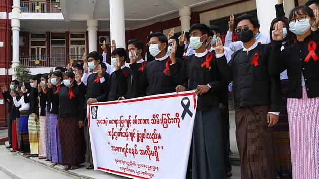 Absolventi práv na univerzitě protestovali 6. února 2021 v barmském městě Mandalay proti vojenskému převratu, při němž byla svržena zvolená civilní vláda a její vůdkyně, nositelka Nobelovy ceny za mír Do Aun Schan Su Ťij.