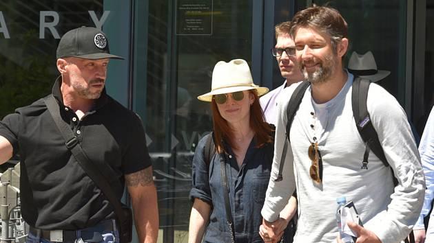 Americká herečka Julianne Mooreová (uprostřed) a její manžel, režisér a scenárista Bart Freundlich (vpravo) dorazili 27. června 2019 do Karlových Varů