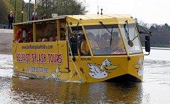 """""""Obojživelná"""" loď, populární turistická atrakce na jezerech napříč celým světem. Ilustrační foto."""