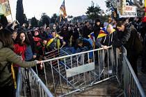 Demonstranti pronikli až ke katalánskému parlamentu