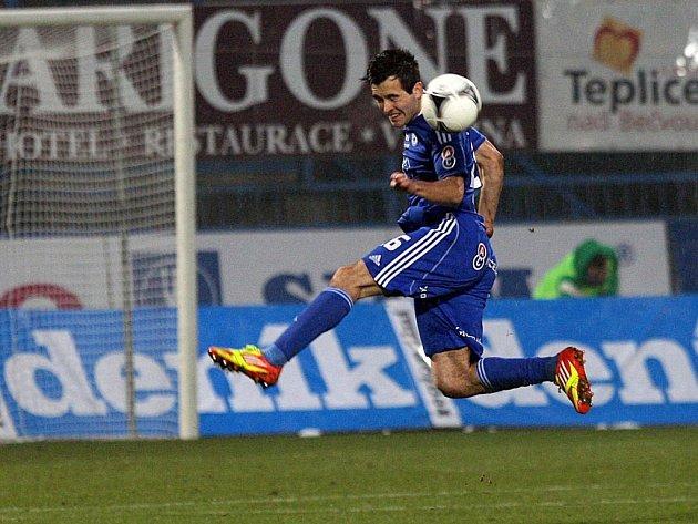 Martin Pospíšil z Olomouce si zpracovává míč.