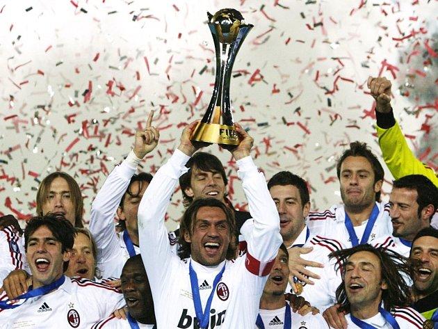Kapitán AC Milán Paolo Maldini (s trofejí) slaví se spoluhráči triumf v MS klubů. Bude se radovat i v Lize mistrů?