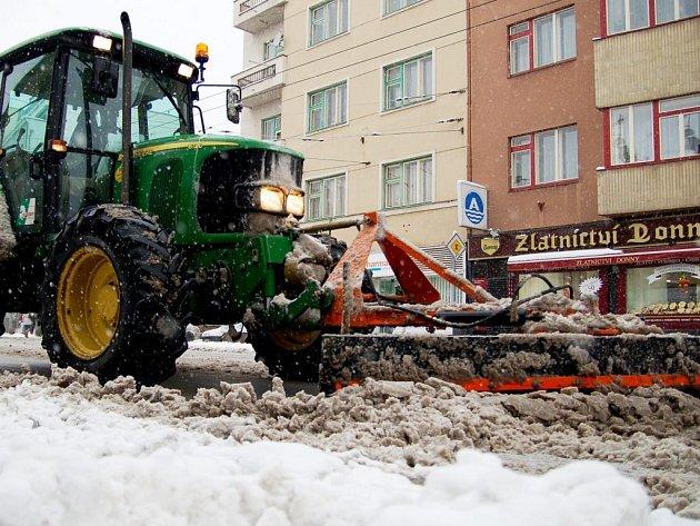 Čerstvý sníh sice zkomplikoval dopravu na celém území republiky, ale řidiči jsou poměrně ukáznění, takže dopravních nehod nijak výrazně nepřibylo. Silničáři nasadili do boje veškerou techniku a boj se sněhem úspěšně zvládají.