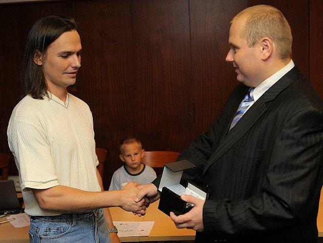 Gentleman silnic. Ostravský taxikář Július Adámy vytáhl z hořícího auta dva lidi.