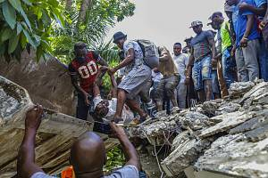 Vyprošťování muže z trosek budovy ve městě Les Cayes zasaženého zemětřesením, 14. srpna 2021