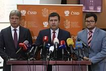 Předseda ČSSD Jan Hamáček (uprostřed), předseda poslaneckého klubu strany Jan Chvojka (vpravo) a poslanec Roman Onderka