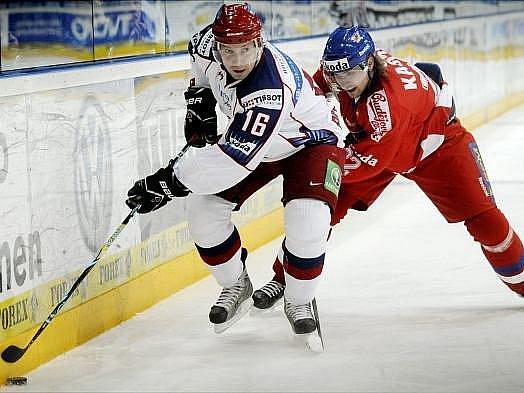 Lukáš Kašpar marně stíhá jednoho z ruských protihráčů.