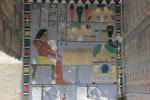 Severní stěna zdobené předsíně zachycuje Chuwyho u obětního stolu