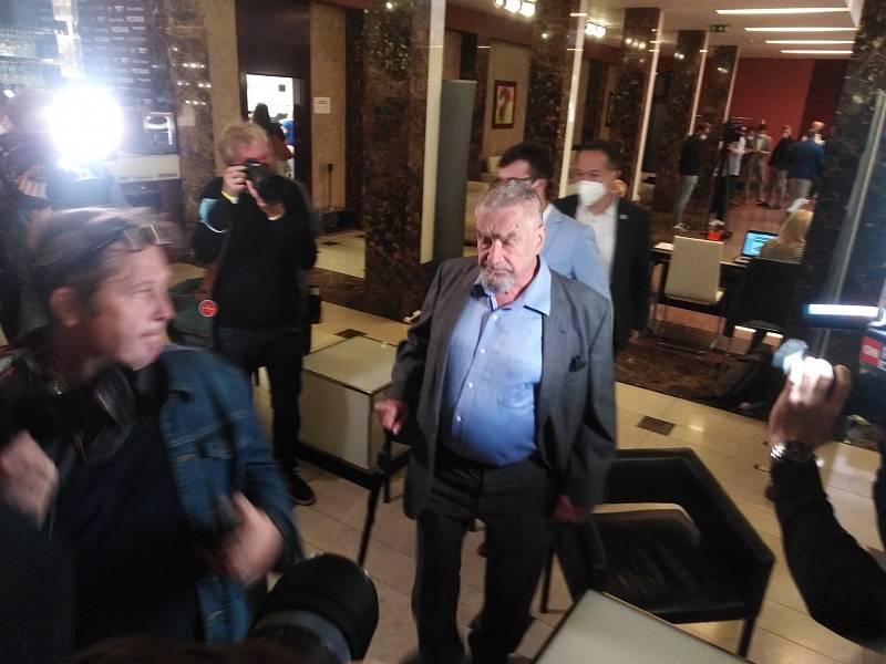 Karel Schwarzenberg ve volebním štábu koalice Spolu