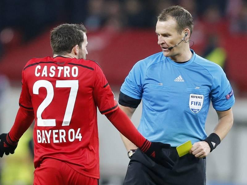 Český rozhodčí Pavel Královec má za sebou jeden z nejpernějších zápasů kariéry. V duelu Leverkusen vs. Atlético rozdal devět žlutých a jednu červenou kartu.