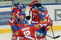 Hokejisté Lva se radují z branky do klece Čerepovce.
