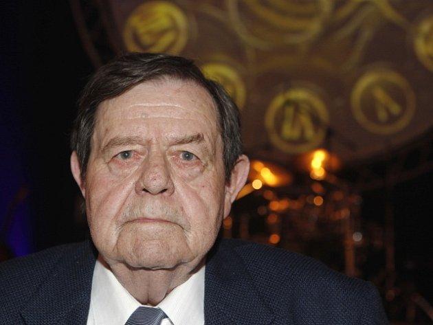 Ve věku 80 let zemřel 1. prosince český básník, textař a novinář Jan Schneider (na archivním snímku z 9. dubna 2009).