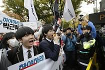 Desetitisíce demonstrantů dnes v Soulu požadovaly demisi prezidentky Pak Kun-hje, kterou vážně zasáhl finanční skandál.