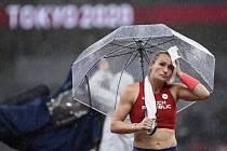 Tyčkařka Romana Maláčová během kvalifikace na OH v Tokiu.