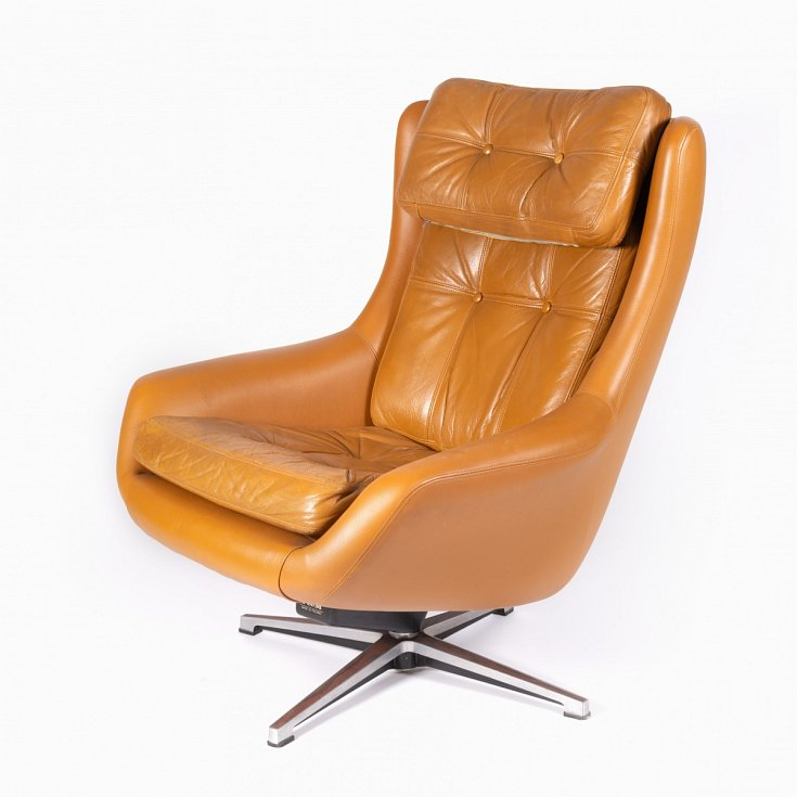 Kožené odpočinkové křeslo PeeM v karamelové barvě bylo vyráběno v sedmdesátých letech finskou společností PeeM pro československý trh a distribuováno výhradně sítí obchodů Tuzex.