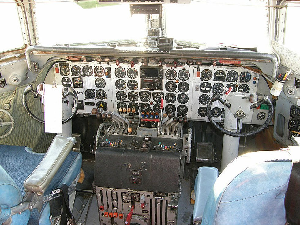 Kokpit letadla Douglas DC-7. Kapitán letounu DC-7 společnosti United Airlines se v posledních sekundách před nárazem zoufale snažil stroj zvednout dostatečně vysoko, aby zabránil srážce. Neměl ale šanci to dokázat.