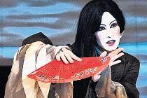 Helena Dvořáková v milostném příběhu mladého básníka Chou a nankingské nevěstky Siang na pozadí historických událostí.