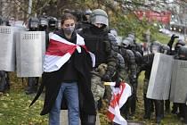 Policisté v běloruském Minsku zatýkají demonstrantku během protestů proti prezidentovi Alexandru Lukašenkovi, 8. listopadu 2020