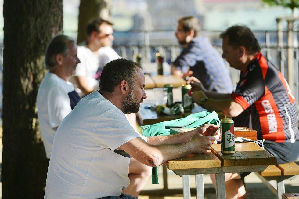 Lidé popíjející a sedící na zahrádce na pražské Letné 10. května.