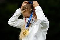 Golfistka Nelly Kordová se zlatou olympijskou medailí.