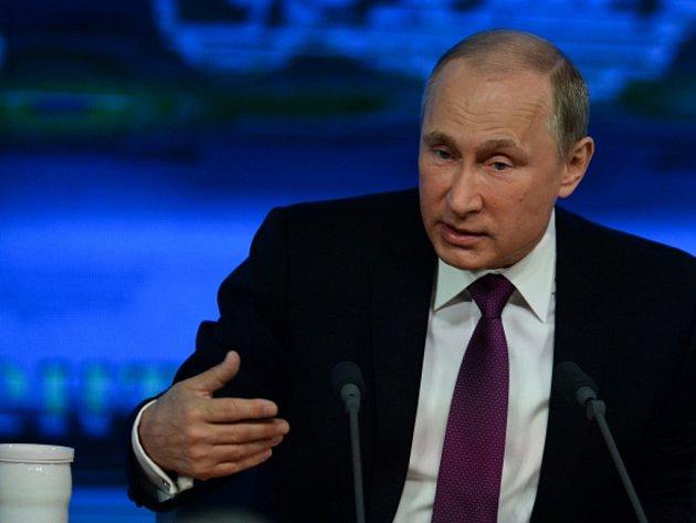 """Ruský prezident Vladimir Putin vinu za konflikt na východě Ukrajiny opět přisoudil Kyjevu, kde se prozápadní režim dostal k moci """"státním převratem"""" a pak se spor s východní Ukrajinou snažil řešit zprvu násilím a nyní hospodářskou blokádou."""