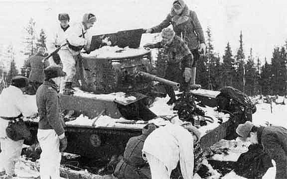 Finští vojáci prohlížejí ukořistěný sovětský tank