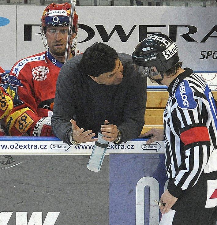 Slávistický kouč Vladimír Růžička diskutuje s rozhodčím.