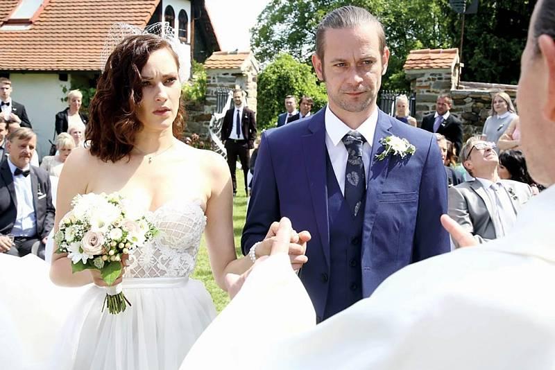 V seriálu Slunečná hraje Bára mrchu Sylvu, která dotáhla k oltáři Štěpána (Jan Plouhar).