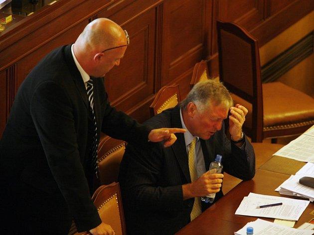 Koalice utrpěla ve sněmovně porážku - opozici se podařilo prosadit zrušení veškerých zdravotnických poplatřků. Na snímku Tomáš Julínek (vlevo) a Mirek Topolánek z ODS.
